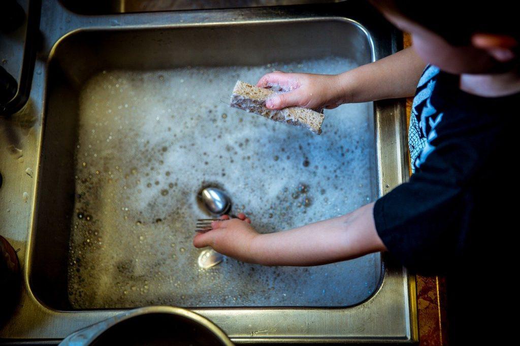 faire la vaisselle dans l'évier